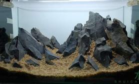 这么酷炫狂霸掉渣天的石头水草缸请问是黑曜石么?
