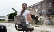 美国女子用弓箭射鱼遭鲤鱼报复(图)